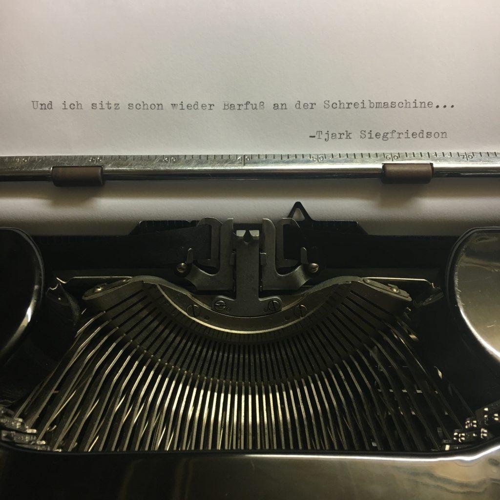 Abwandlung des Textes Barfuß am Klavier
